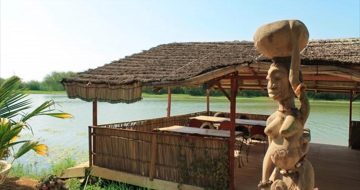 terrasse restaurant statue